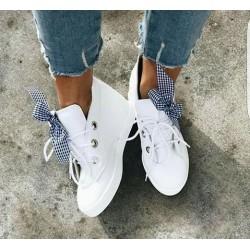 Białe sneakersy z wstążką