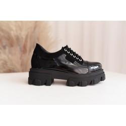 Czarne lakierowane sneakresy