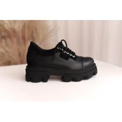 Czarne sneakersy na traperowych spodach